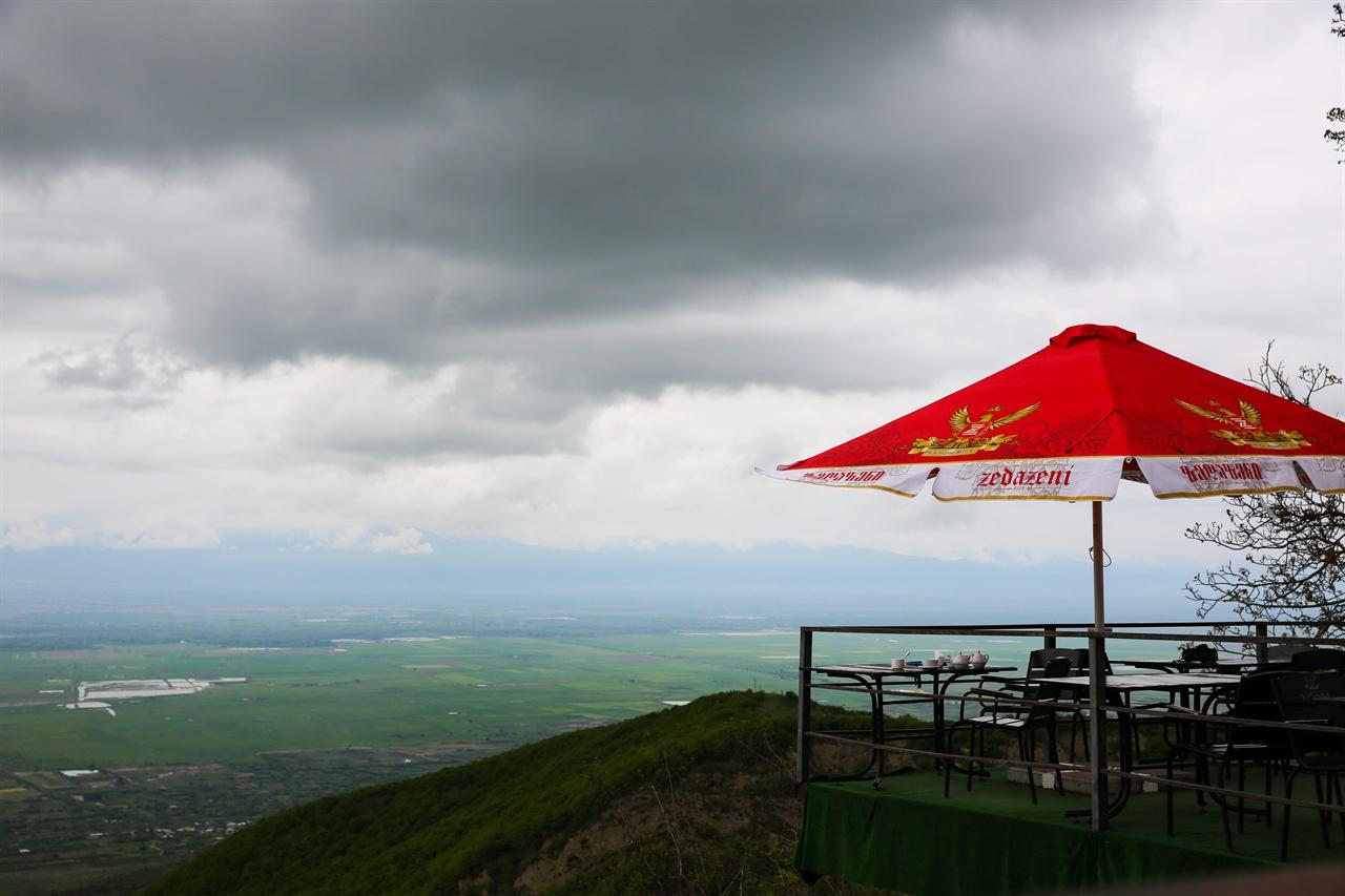 카페 카누도시  시그나기에서 보두베 수도원 가는 길에 만난 카페 '카누도시', 알라자니 평원이 한 눈에 내려다 보이는 명당 중의 명당이다.