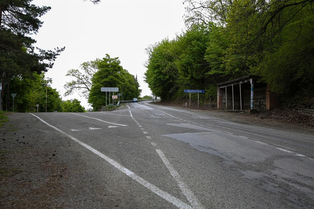 보드베 가는 길 길은 두 갈래길로 나뉜다. 트빌리시와 보드베 가는 길로.