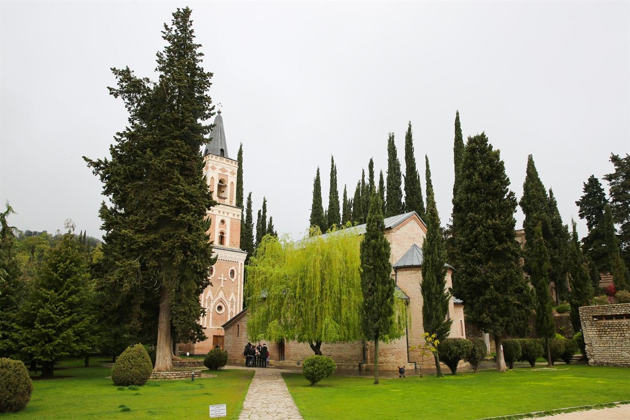 보드베 수도원, 게오르기 성당 게오르기 성당과 종탑이 보인다.