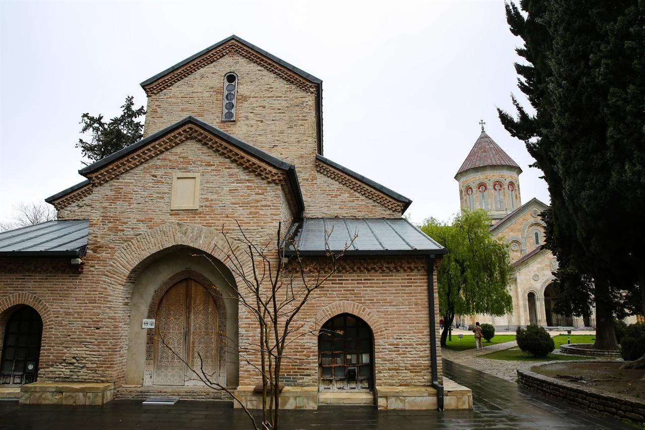 보드베 수도원, 게오르기 성당 보드베 수도원은 4세기에 건립된 이후 끊임없이 파괴되고 복구되었다. 니노의 유해가 모셔져 있는 게오르기 성당과 새로 건립중인 성 니노 성당