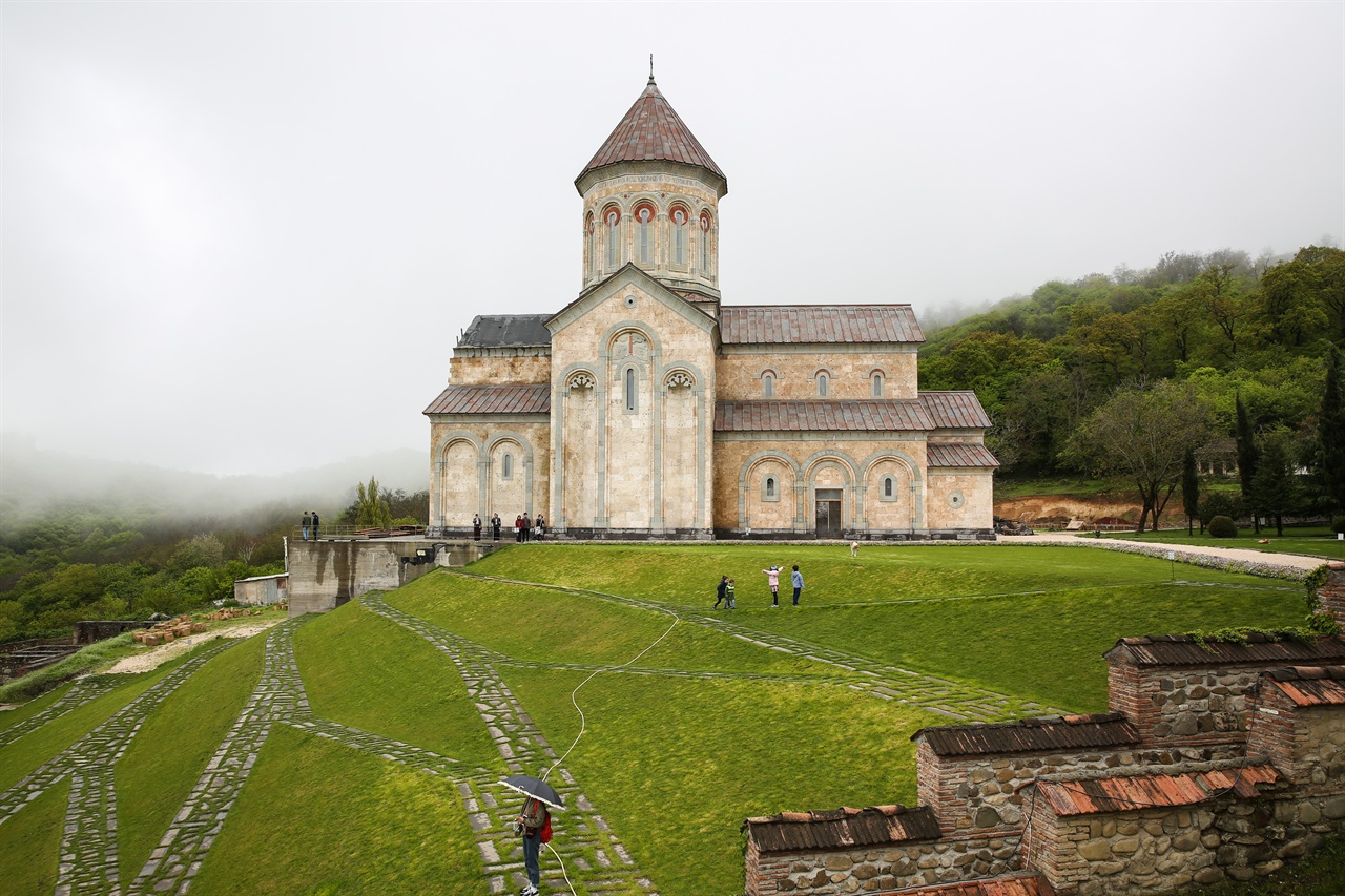 보드베 수도원, 게오르기 성당 새로지어지는 성니노 성당과 정원