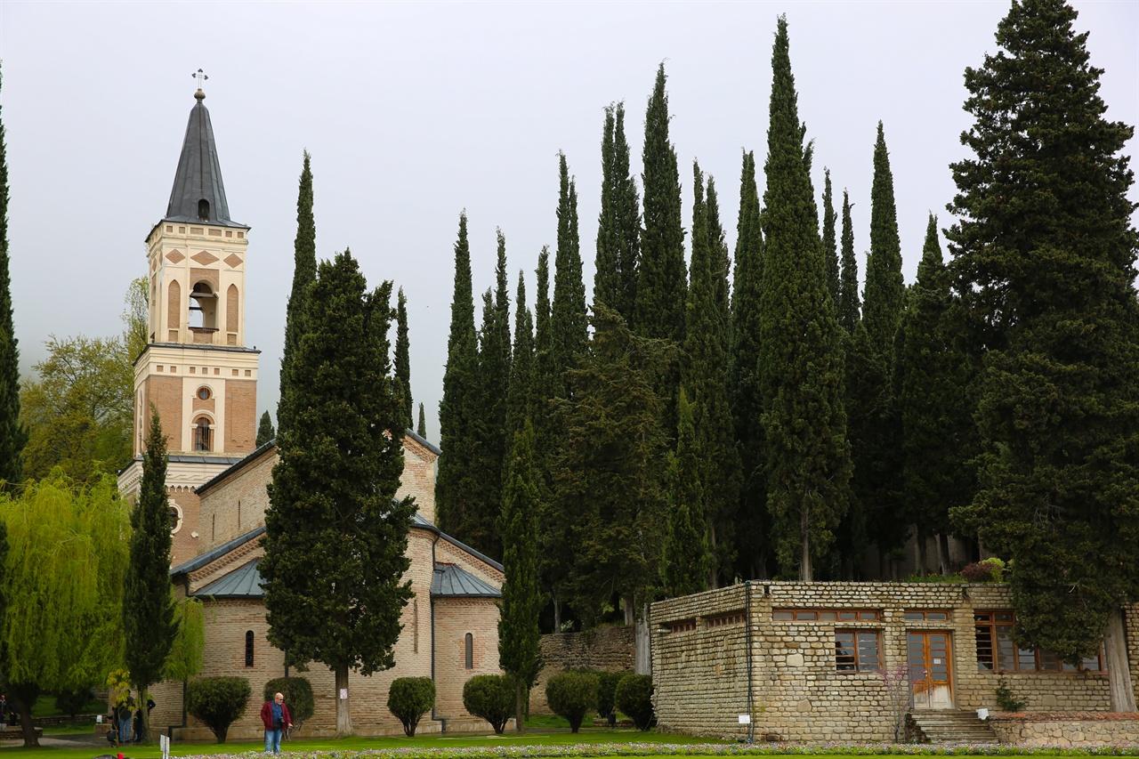 보드베수도원 보드베수도원은 편백나무로 둘러싸여 있다. 편백 나무 뒤편 수녀들의 거처가 있다. 출입금지구역이다.
