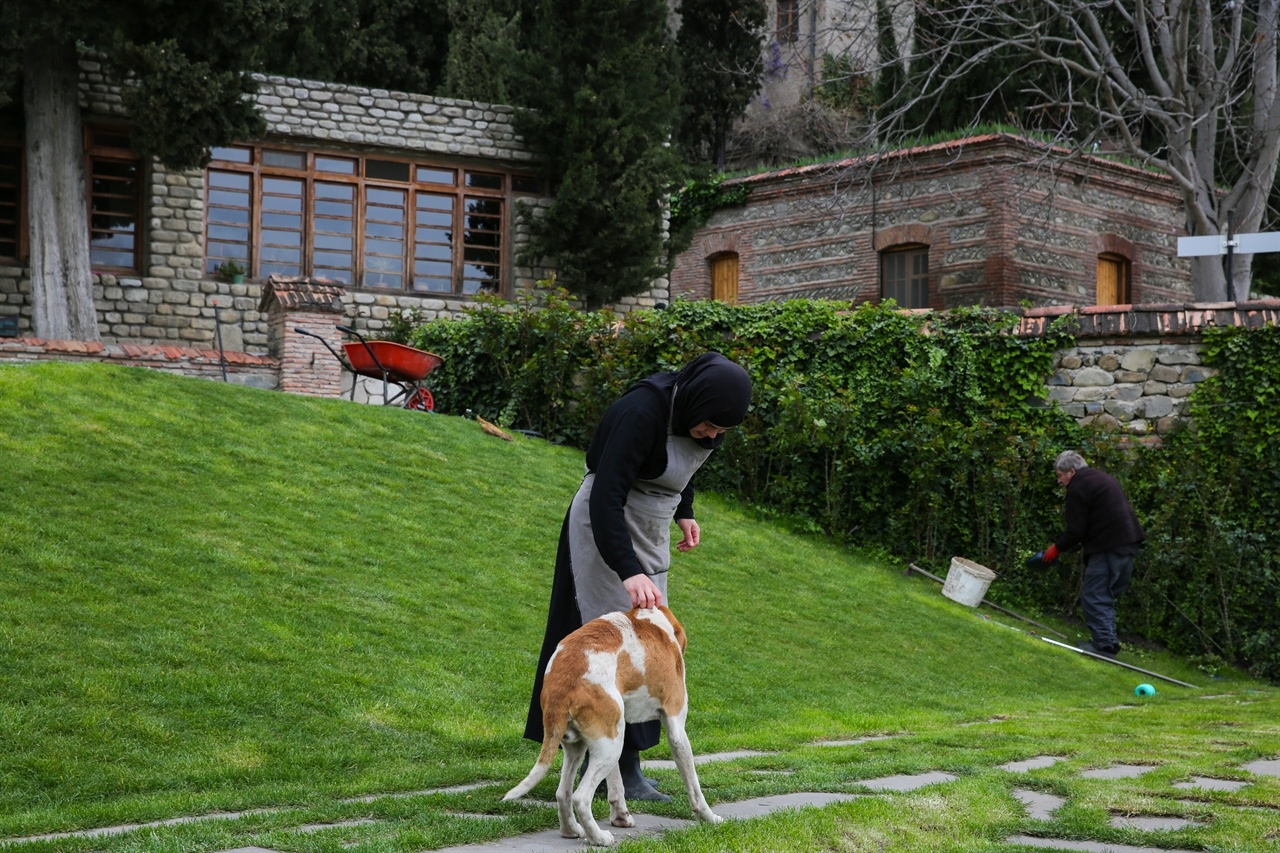 보드베수도원 보드베 수도원의  수녀님들은 물을 주고, 풀을 뽑고, 꽃밭을 가꾸느라 무척이나 분주하다.