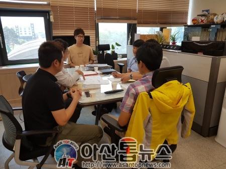 지난 13일 아산시청 체육육성과를 항의 방문하고 있는 아산시야구소프트볼협회 관계자들.