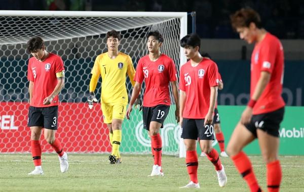 고개숙인 대표팀 17일 오후 인도네시아 자와바랏주 반둥의 시 잘락 하루팟 스타디움에서 열린 2018 자카르타-팔렘방 아시안게임 축구 조별리그 E조 2차전 한국과 말레이시아의 경기. 전반 두골을 허용한 뒤 그라운드를 나서고 있다.