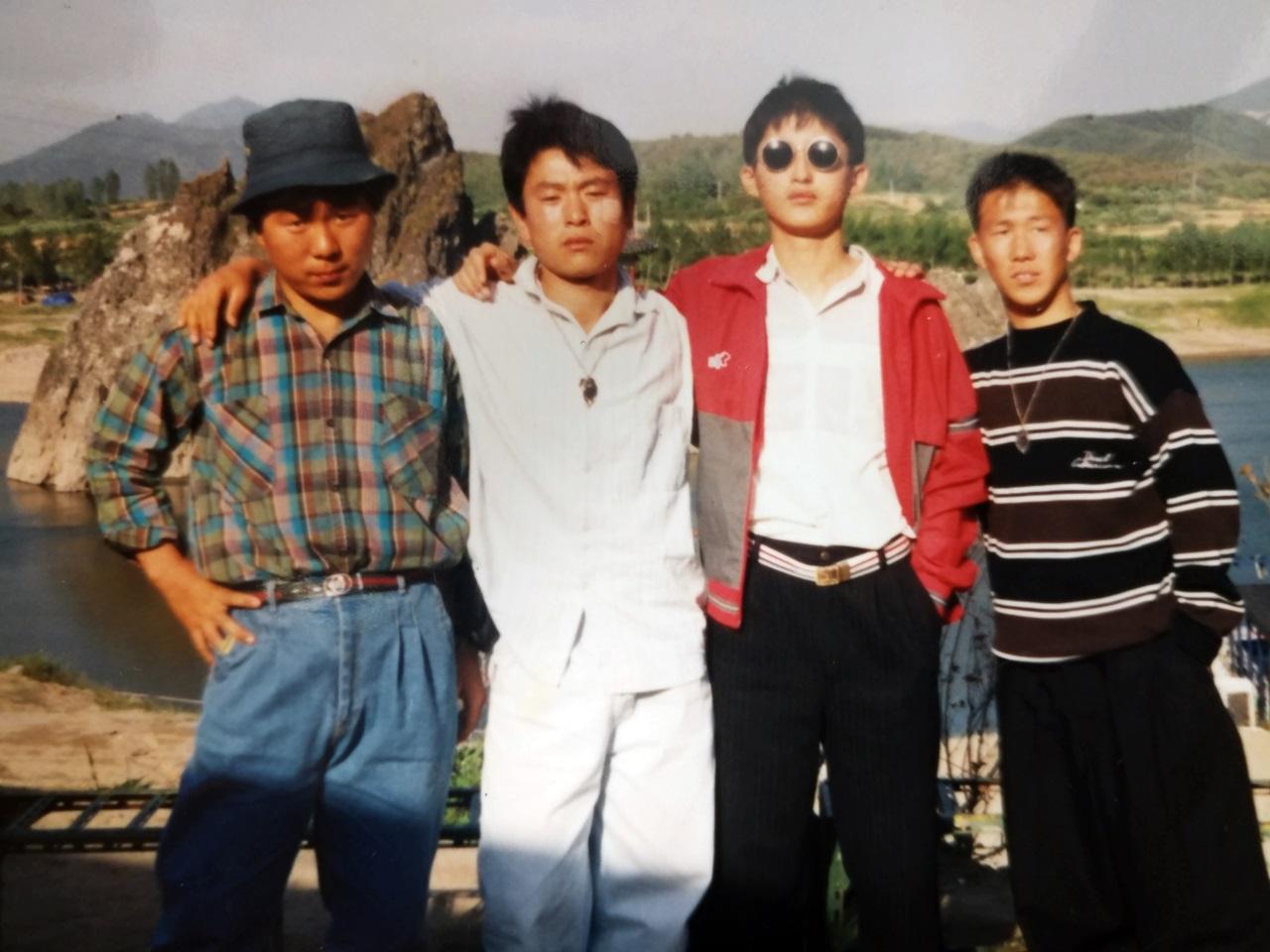 노화도 친구들과 함께 한 어린시절의 박준영 변호사(오른쪽에서 두 번째 선글라스 낀 소년)