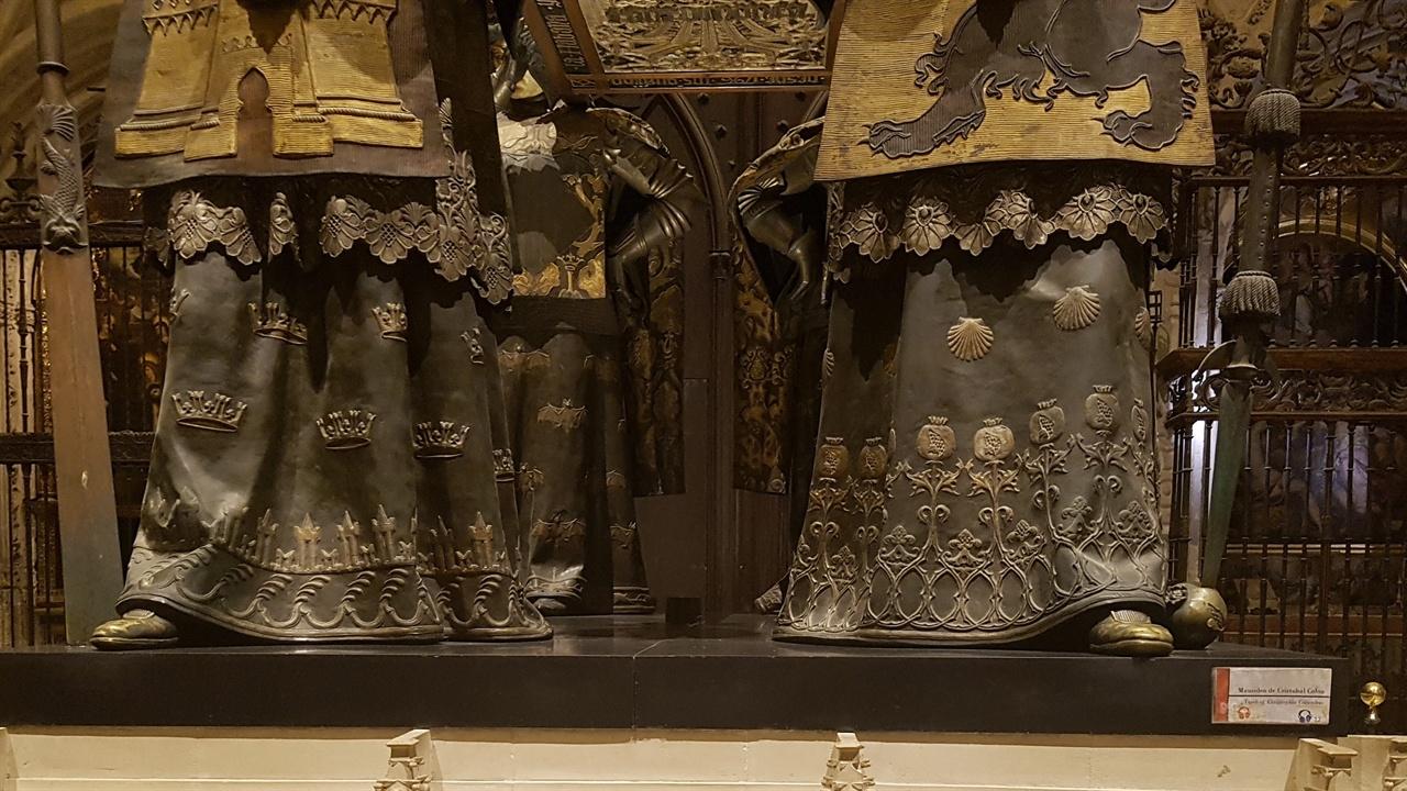 콜럼버스의 관을 들고 있는 조각상의 신발이 많은 사람들이 만져 닳고 달았습니다. 어떤 행운을 기대하는 사람들의 심리가 묻어있습니다.