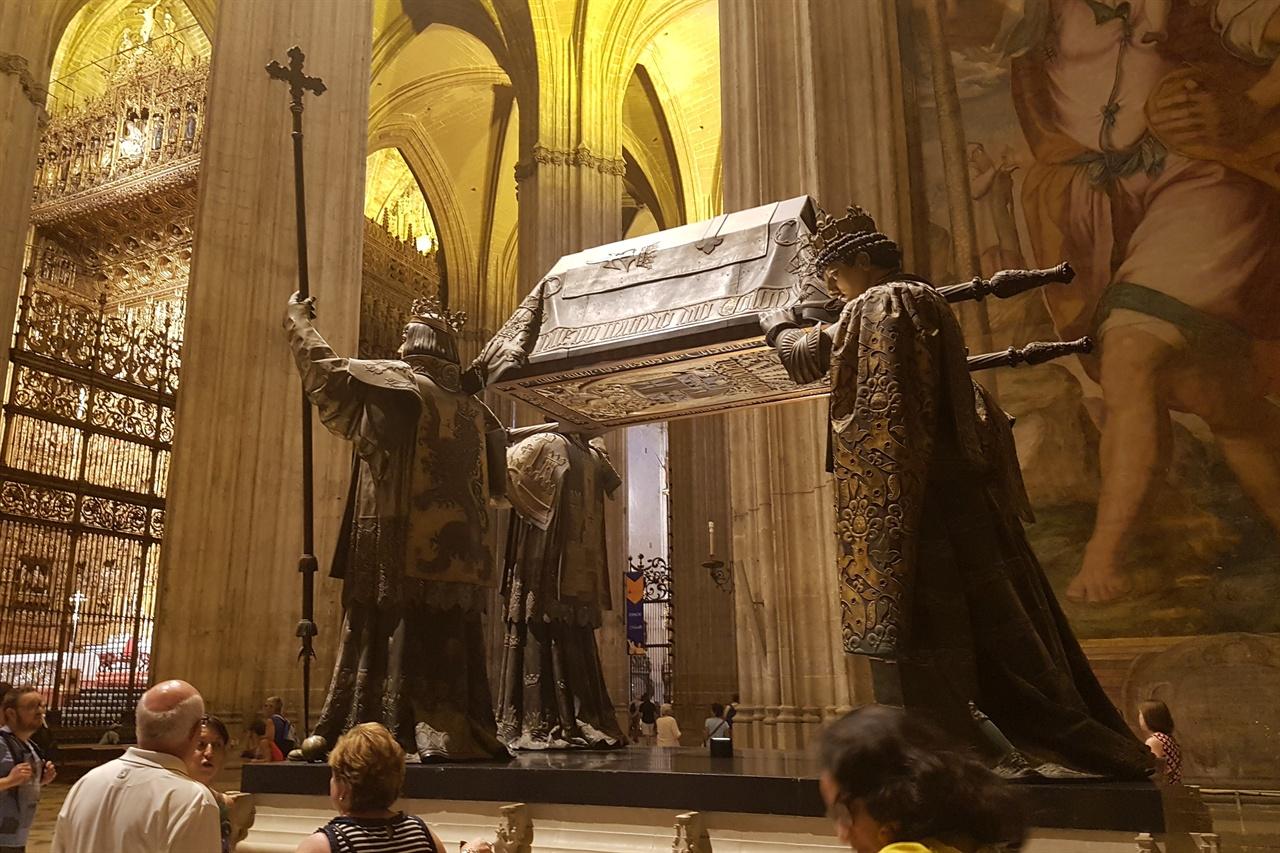세비야 대성당에 있는 콜럼버스의 무덤, 스페인 옛 왕국인 레온, 카스티야, 나바라, 아라곤을 상징하는 국왕 4명이 관을 어깨에 메고 있습니다.
