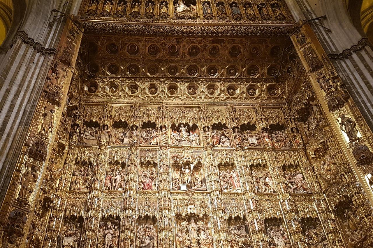 세비아 성당의 마요르 예배당. 성경에 등장하는 인물 1000여명이 아름답고 섬세하게 조각되어 화려하기 그지없습니다.