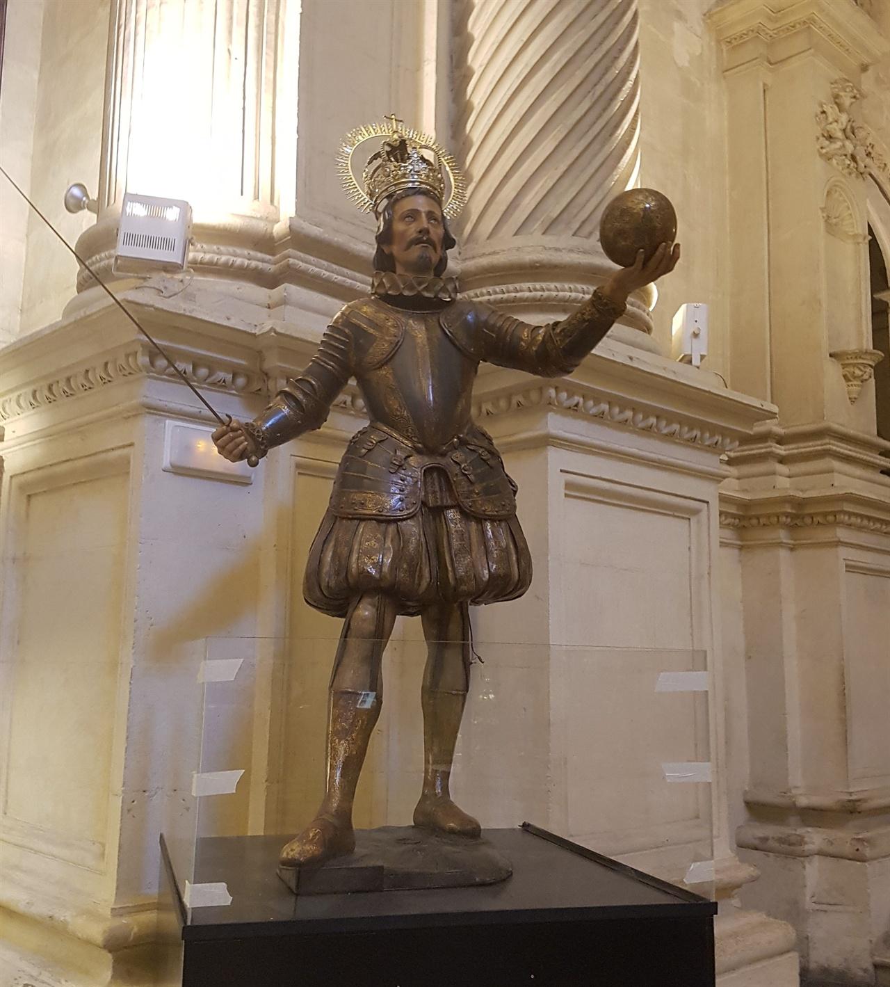 탐험을 즐기는 스페인 선조들은 항상 지구는 내 손안에 있다고 생각한 걸까요? 성당 안에 지구를 든 조각상이 인상적입니다.
