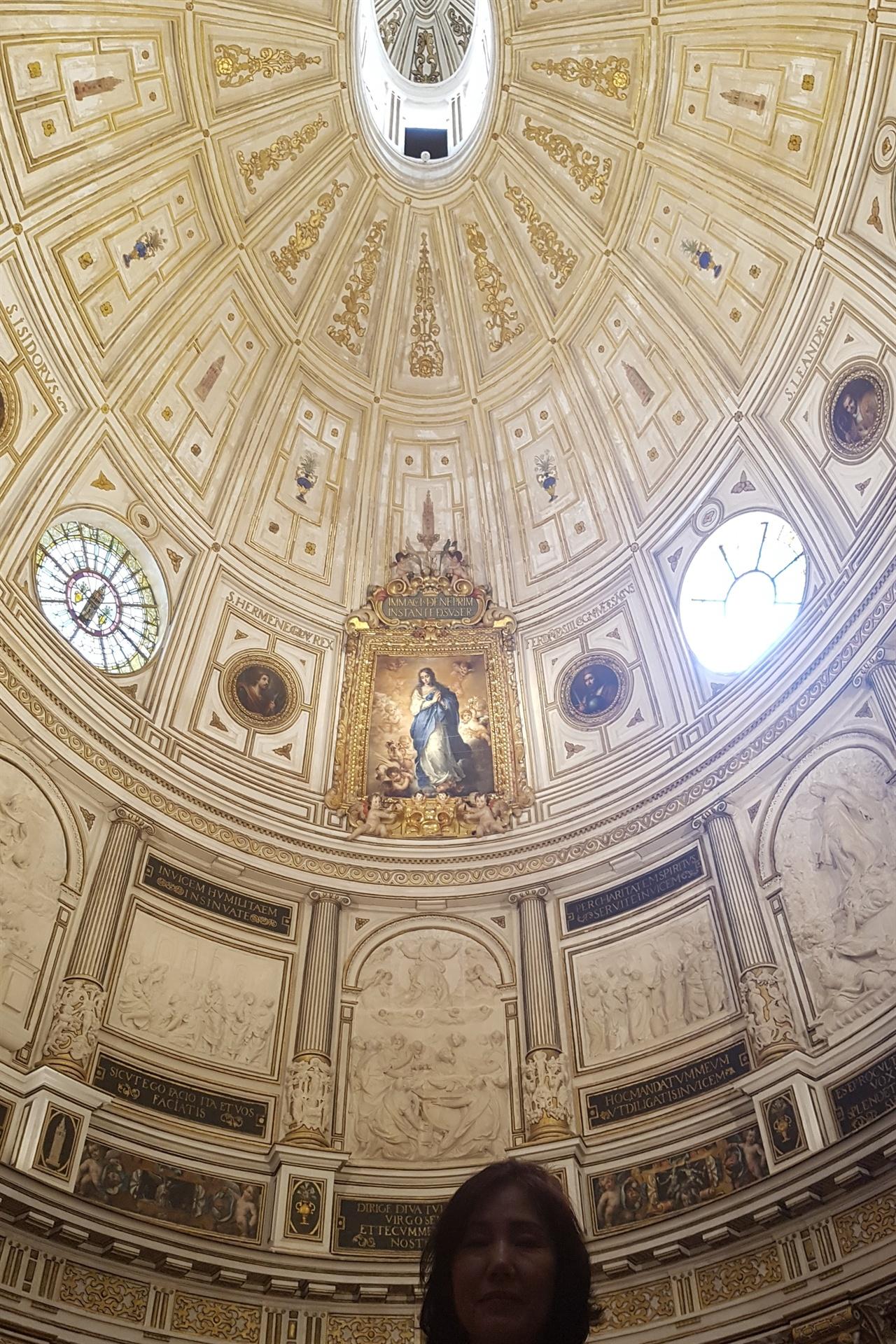 세비아 대성당의 천장. 유럽의 여느 고딕성당들보다 밝고 화려합니다.