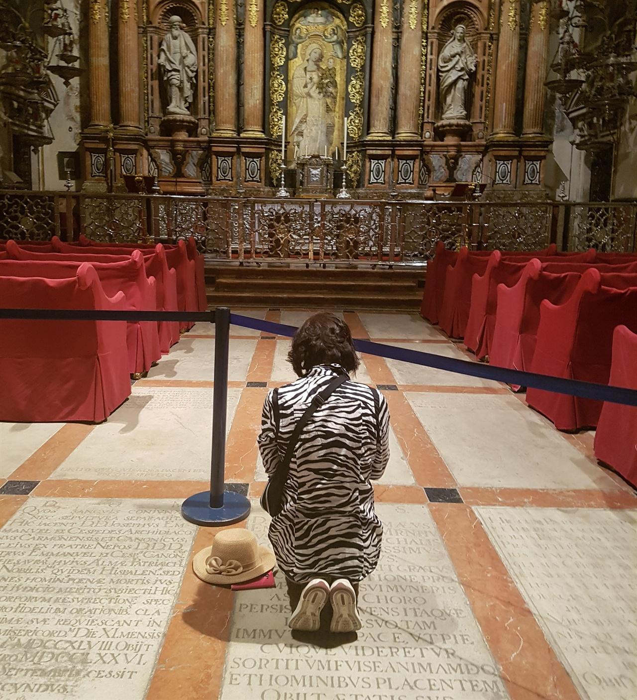 아내가 제단 앞에 무릎을 꿇고 기도를 올렸습니다.