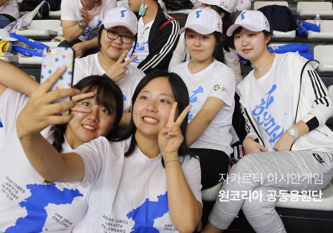 자카르타 아시안게임 현장에서 함께 셀카를 찍는 남북 대학생들