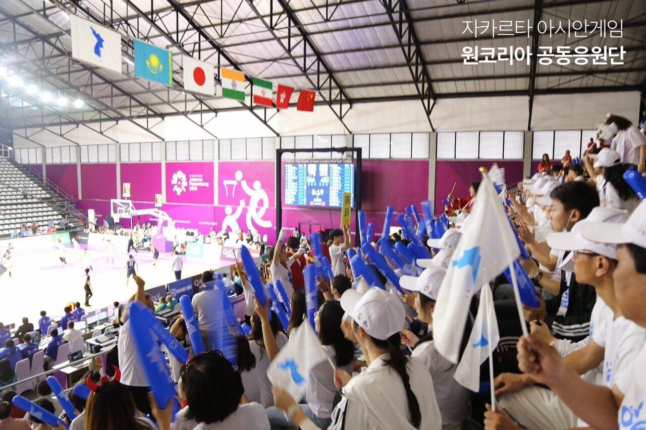 단일팀 응원이 판문점 선언 이행의 길이라고 생각하는 응원단의 모습