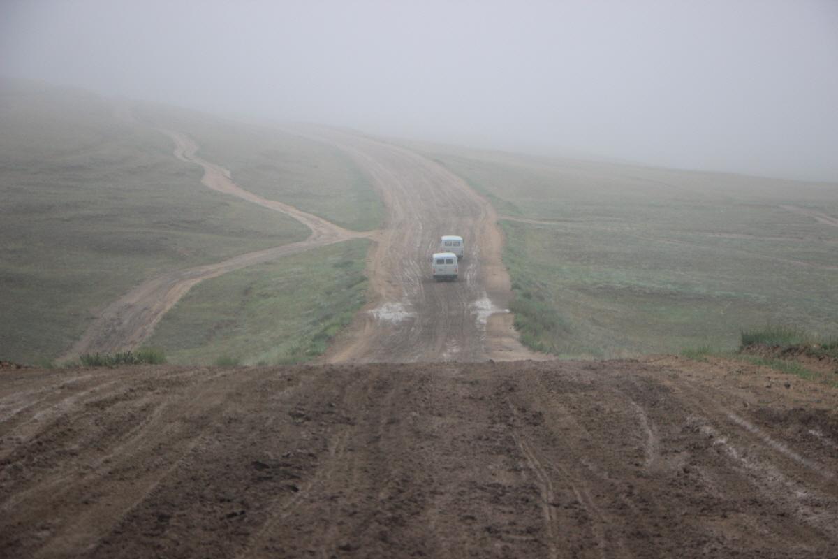 비로 엉망이 된 도로