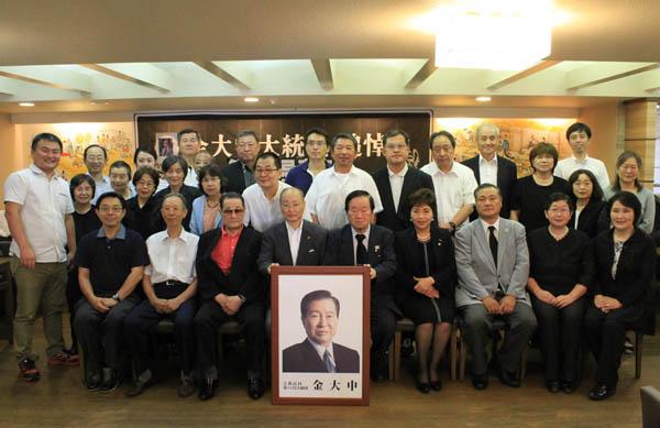 18일 오후 도쿄 한국YMCA에서 열린 김대중 전 대통령 9주기 추도식이 끝난 다음 추도객들이 기념촬영을 하고 있다.