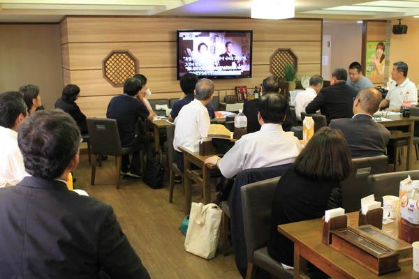 18일 오후 도쿄 한국YMCA에서 열린 김대중 전 대통령 9주기 추도식이 끝난 다음 추도객들이 그의 생전 영상을 시청하고 있다.