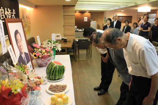 18일 오후 도쿄 한국YMCA에서 열린 김대중 전 대통령 9주기 추도식에서 묵념하고 있다.