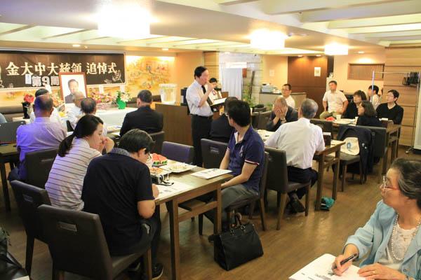18일 오후 도쿄 한국YMCA에서 열린 김대중 전 대통령 9주기 추도식에서 양동준 도쿄민주연합 상임대표가 DJ의 생애에 대한 강연을 하고 있다.