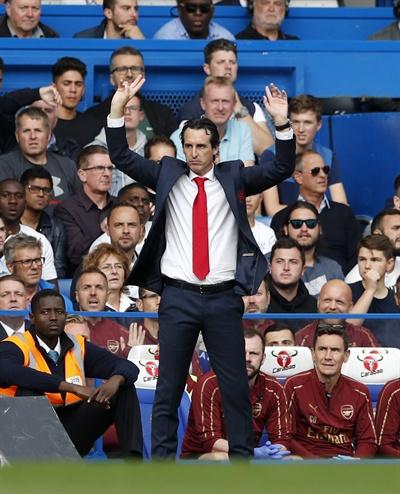 18일(현지 시각) 영국 런던 스탬포드 브릿지 스타디움에서 열린 '2018-2019 영국 프리미어리그' 첼시와의 경기에서 우나이 에메리 아스널 FC 신임 감독이 경기를 지켜보고 있다.