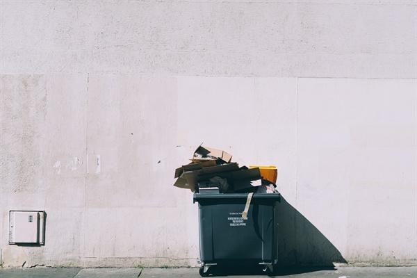각종 문화행사를 치르고 난 뒤의 풍경은 그리 산뜻하지 못하다. 온갖 쓰레기가 우리의 수준을 대변하듯이 널브러져 있다.