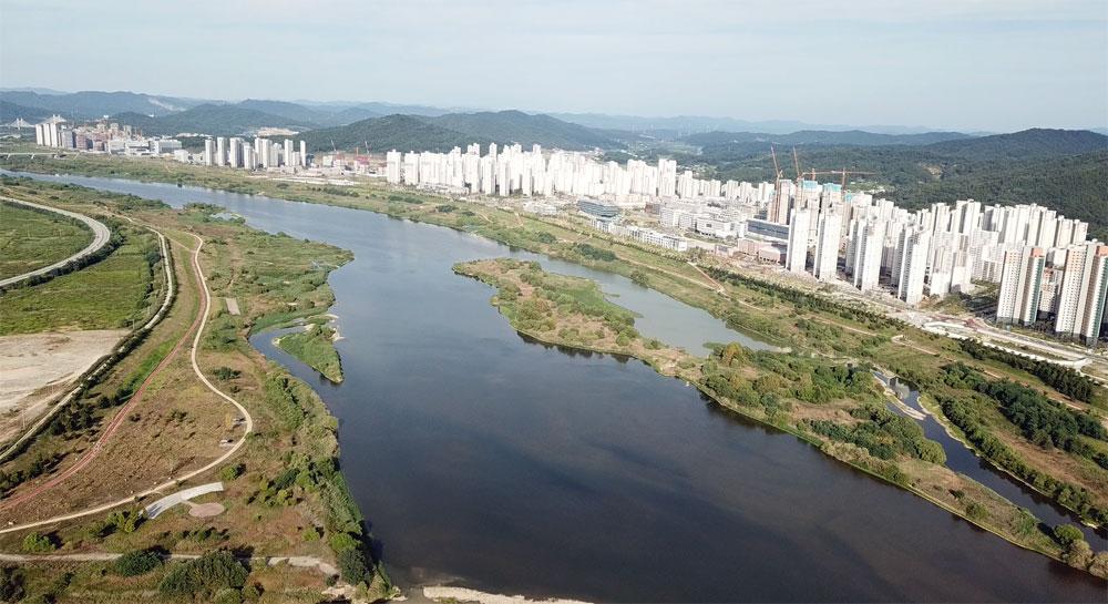 <조선>은 건천화로 집값 폭락이 우려된다는 민원을 문제 삼았다. 그러나 세종시청이 바라다보이는 곳까지 강물은 풍족하고 메마르지 않았다.