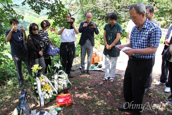 8월 19일 경남 산청군 차황면 철수리 산에 있는 고 박노정 시인의 '수목장'에서 '시비' 제막 행사에서 김장하 남성문화재단 이사장이 추도사를 하고 있다.