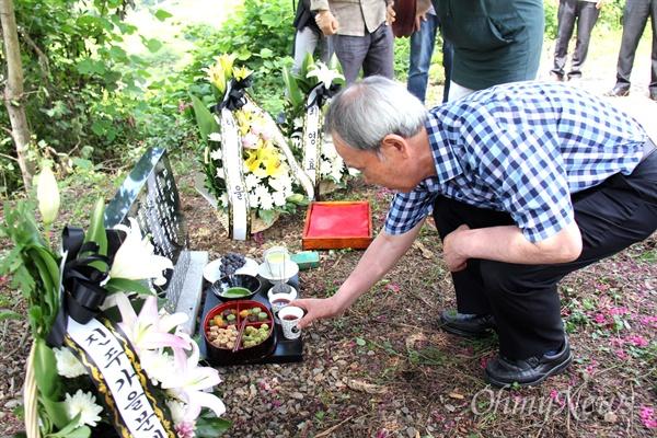 8월 19일 경남 산청군 차황면 철수리 산에 있는 고 박노정 시인의 '수목장'에서 '시비' 제막 행사에서 김장하 남성문화재단 이사장이 술을 따르고 있다.