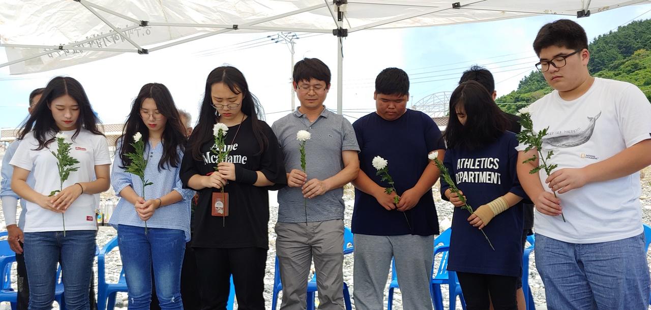 여남고 대표로 참석한 교사와 3학년 김수연(좌측 첫번째) 학생과 친구들이 미군폭격 사건에 희생당한 고인들을 애도하고 있다