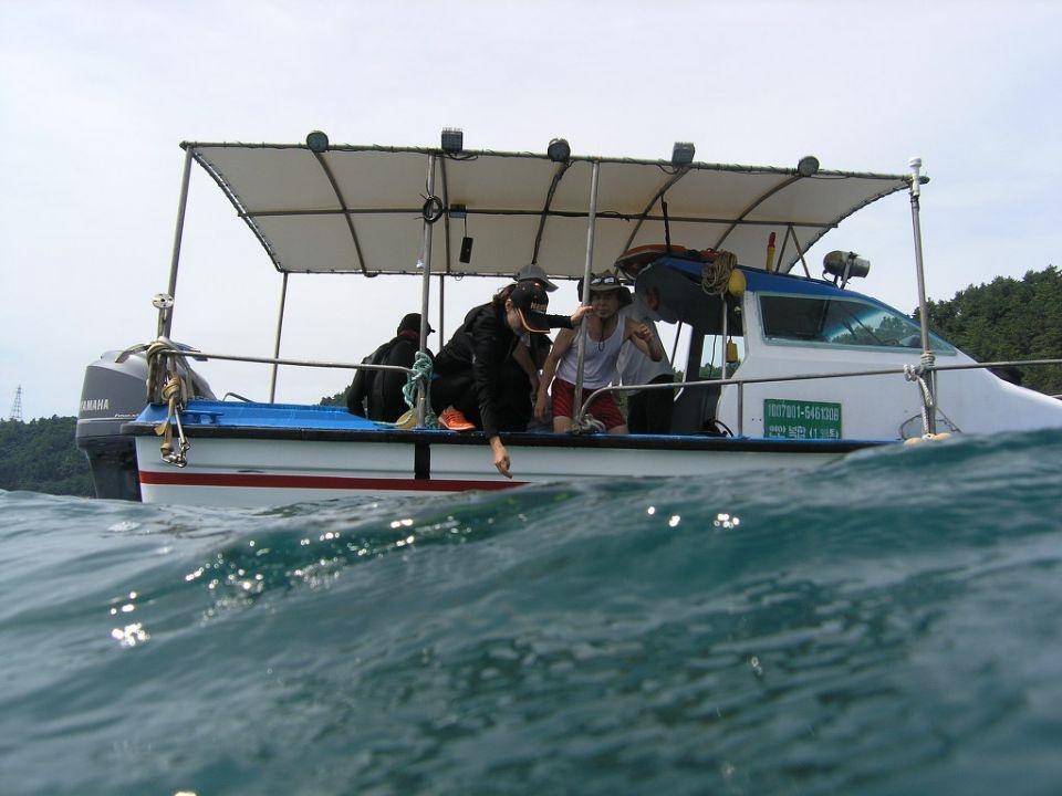미군의 공격으로 피난선이 침몰한 바닷속에 다이버들이 투입되자 너울이 일고 있는 모습