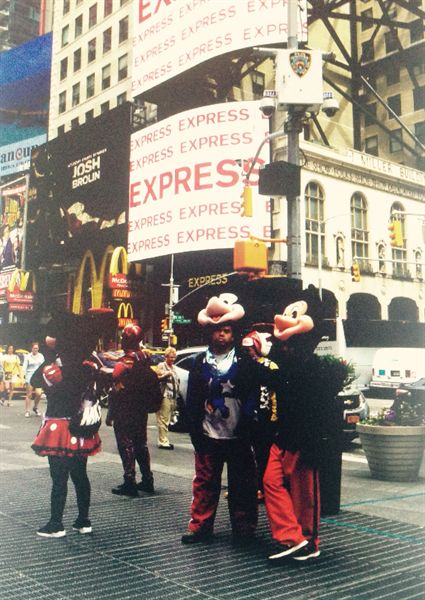 타임스퀘어에서  인형 옷을 입고 사진을 찍어 주며 돈을 버는 사람들