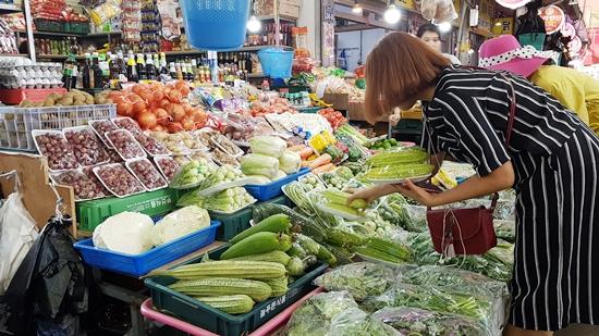 ▲ 김해 동상시장의 한 채소가게. 다양한 아열대작물이 판매대를 가득 채우고 있다.