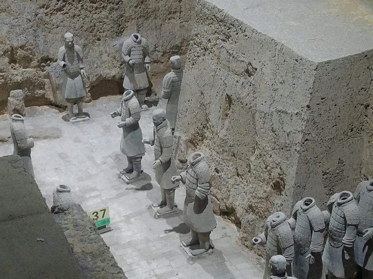 병마용박물관 제3호갱 전시실 내부의 모습. 이곳은 군사 지휘부를 이루는 병용과 마용의 도기들이 매립되어 있는 곳으로 역사적인 가치가 높다.