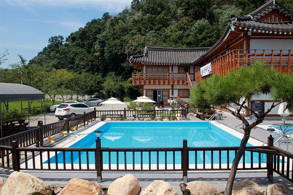 경주 선도산 구릉 아래에 있는 어느 한옥 펜션 수영장 모습