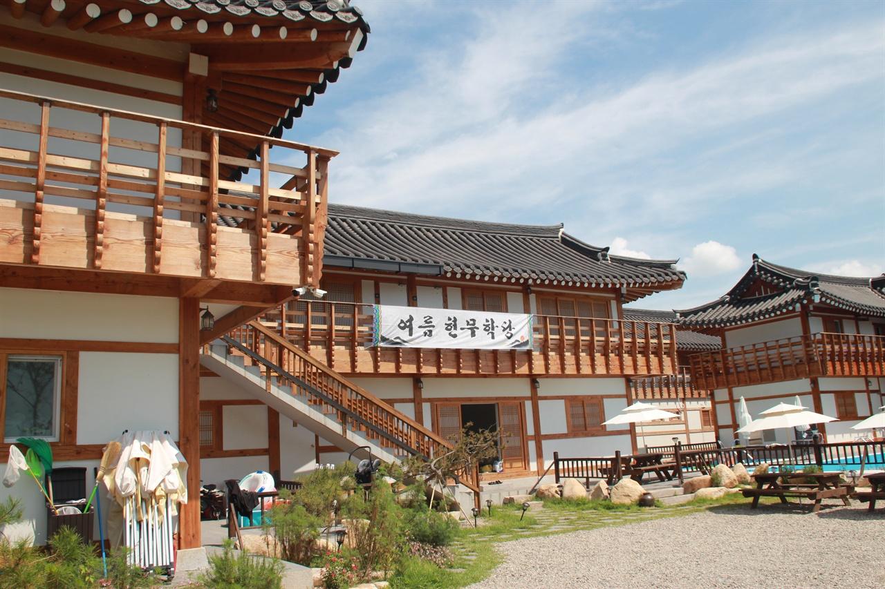 경주 선도산 구릉 아래에 있는 어느 한옥 펜션에 부착된 여름 현무학당 플래카드 모습