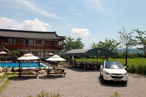 경주 선도산 구릉 아래에 있는 어느 한옥 펜션 모습