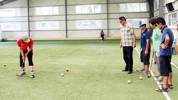 예산농아인게이트볼 동호회원들이 게이트볼을 하고 있다.