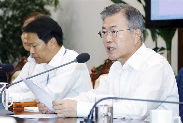문재인 대통령이 20일 오후 청와대 여민관에서 열린 수석·보좌관회의에서 발언하고 있다. 왼쪽은 임종석 비서실장.