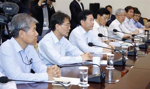 청와대 장하성 정책실장(왼쪽 두번째)을 비롯한 수석 보좌진이 20일 오후 청와대 여민관에서 열린 수석·보좌관회의에 참석하고 있다.