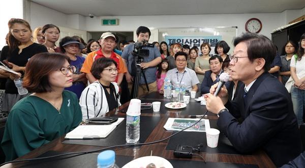 이재명 경기도지사가 7월 3일 안양 연현마을을 방문해 주민간담회를 하는 모습.