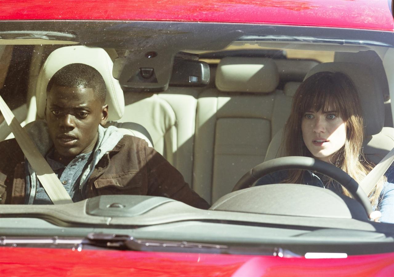 겟아웃 크리스와 수잔이 인사를 드리러 부모님이 계신 고향으로 가는 장면이다.