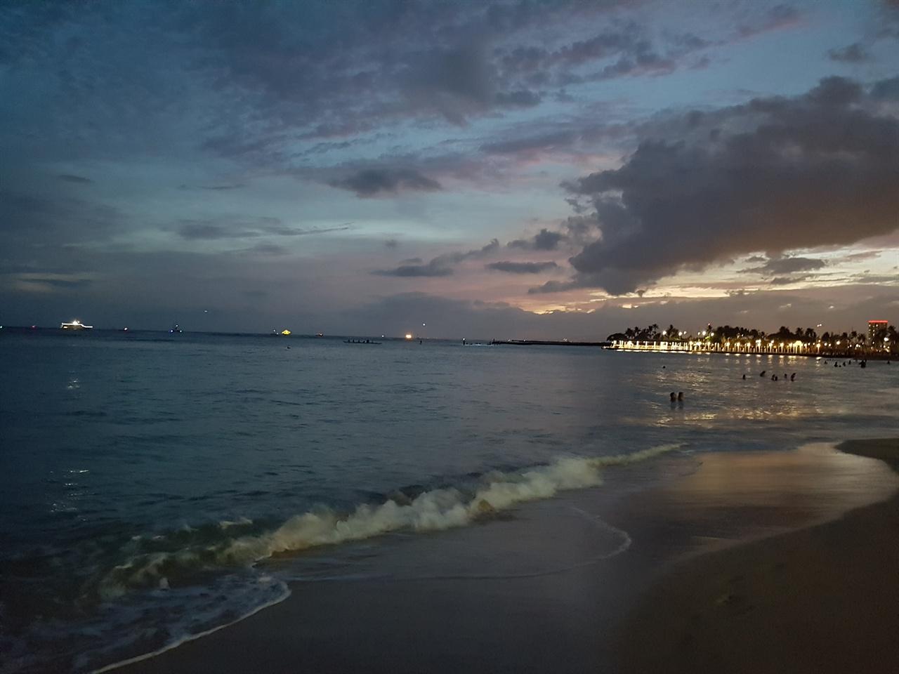 아름다운 하와이의 일몰, 바닷가는 깨끗했다.