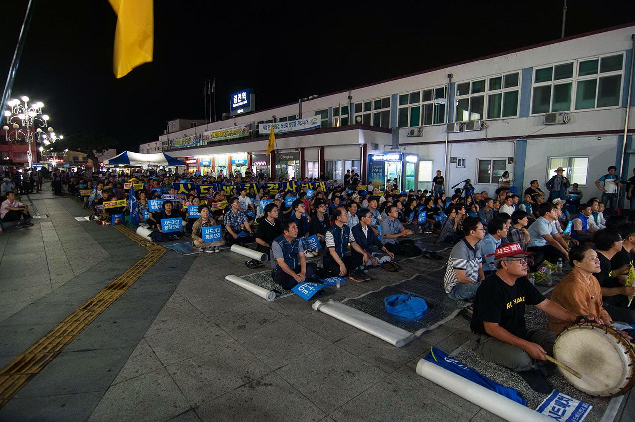 2017년 8월 20일, 김천시민들은 김천역 앞 평화광장에서 365번째 촛불을 밝혔다.