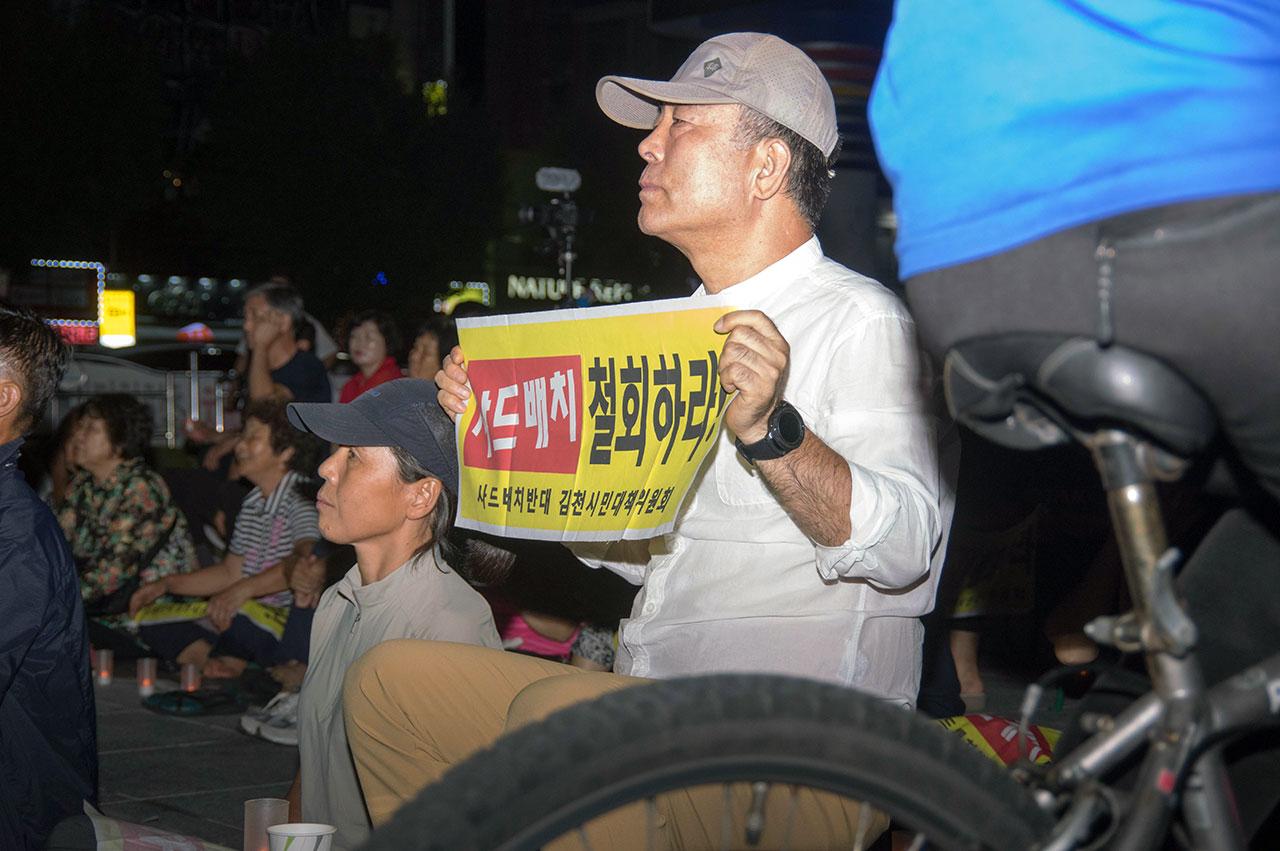 촛불을 밝힌 지 2년을 맞았지만 집회에 참석하는 시민들의 열정은 여전했다. 이들은 시종일관 진지한 태도로 집회에 집중했다.