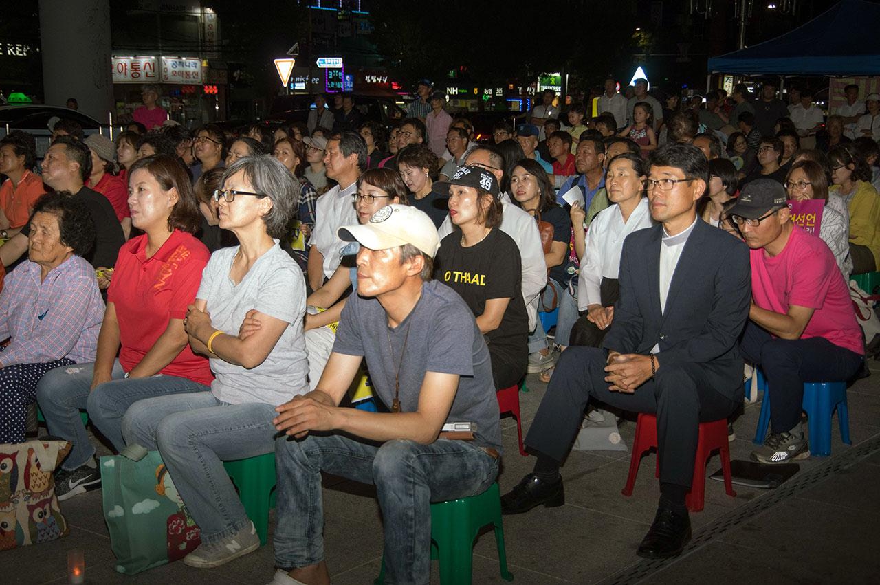 2돌을 맞는 김천 촛불에는 소성리 주민과 원불교 교무들, 그리고 인근 시군에서 온 시민단체 회원 등 3백여 명이 참석했다.
