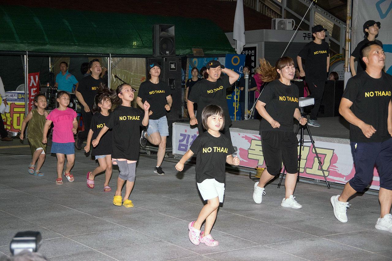 촛불집회는 는 율동을 담당하는 '율동 맘'과 그들의 아이들이 선보이는 율동으로 한결 빛난다. 함께 춤추는 부모들과 아이들.