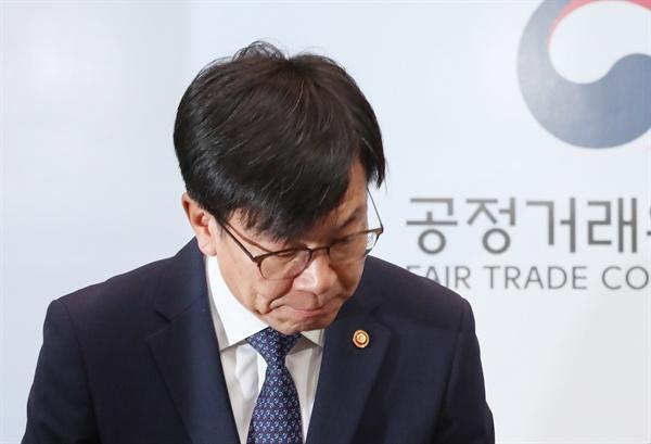김상조 공정거래위원장이 20일 정부세종청사에서 공정위 조직 쇄신방안 발표를 위해 단상에 오르고 있다.