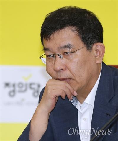 의원총회 참석한 김종대 정의당 김종대 의원이 21일 서울 여의도 국회에서 열린 의원총회에 참석하고 있다.
