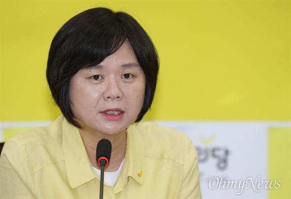 마이크 잡은 이정미 대표 정의당 이정미 대표가 21일 서울 여의도 국회에서 열린 의원총회에서 모두발언을 하고 있다.
