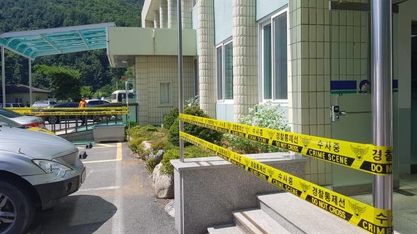 21일 경북 봉화군 소천면사무소에서 경찰이 폴리스라인을 치고서 외부인 출입을 통제하고 있다. 이날 오전 이곳에서 70대 남성이 엽총을 난사해 직원 2명이 크게 다쳐 병원으로 이송됐다.